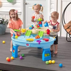 Dwupiętrowy stolik wodny dla dzieci to wybór idealny na letnie upalne dni! Pełny dobrej zabawy Dzięki dużemu obszarowi, wielu dołączonym akcesoriom i wielu sposobom zabawy, ten dziecięcy stolik wodny jest doskonałą opcją do zaangażowania się w zabawę wielu dzieci jednocześnie! Ponadto poszczególne stacje wokół głównej części stolika oferują dodatkowe opcje dla najmłodszych, którzy chcą bawić się sami. Mali poszukiwacze przygód mogą używać obręczy do wrzucania piłeczek do wody oraz cieszyć się ekscytującą zabawą wodną za pomocą koła wodnego i dołączonych miarek. Na dnie znajduje się koło, dzięki czemu maluchy mogą wprawić wodę w ruch i stworzyć płynącą rzekę!#wakacje #stolikwodny #woda #zabawa #stółwodny #lato #wakacje #stolwodny #zabawawwodzie