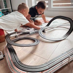 Kolejka połączona z torem wyścigowym, to jest to! Każdy mały fan wyścigów oraz motoryzacji znajdzie tu coś dla siebie. Zabawka jest stworzona do wspólnego ścigania się samochodzikami z rodzicami lub przyjaciółmi. 😎Tor posiada wiele elementów, z których dziecko będzie mogło układać swoje własne warianty torów, łączna długość toru to 632 cm. Jedynym ograniczeniem jest wyobraźnia! Tor posiada różnorodne akcesoria do toru i samochodu (podkłady, zatrzaski, szyny przyłączeniowe, ozdoby) oraz piloty do prowadzenia pojazdów. ❤Każdy pilot posiada regulację prędkości jazdy, przycisk turbo i przełącznik kierunku jazdy, dzięki czemu zabawa jest jeszcze bardziej emocjonująca.🥰Jeszcze więcej ciekawych zabawek zobacz na profilu @woopie.toys, zapraszamy!#tor #wyścigi #torwyścigowy #samochodziki #autka #pociąg #tory #rywalizacja #zabawa #wspolnazabawa #dziecko #dzieci #rodzice #kreatywność #bolid #motoryzacja #zabawaka #woopie #woopietoys