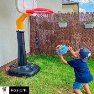 Reposted from @kosiorkiNoo i mamy zabawkę dla całej rodziny, bo my z tatusiem tez rzucamy (kosz może się rozciągać do 280cm!) 😅Kosz jest mega stabilny i solidny- napełniliśmy podstawę wodą i nie ma siły, żeby się przewrócił 💪Gdybyście mieli ochotę to nasza koszykówka od woopie jest aktualnie w promocji na @brykacze - mają 20 urodziny, koniecznie sprawdźcie 🥳😘