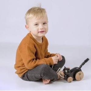 Przedstawiamy zabawki wspomagające raczkowanie, o których wspominaliśmy w naszej wczorajszej edukacyjnej serii!👨🏫 Dzięki różnorodności zabawek, dziecko będzie mogło wykonywać dużo więcej ćwiczeń, które pomogą o wiele szybciej opanować raczkowanie. 👶Te zabawki mają za zadanie: ⭕Zachęcić do przemieszczania ⭕Zwrócić uwagę dzieckaDzięki czemu dziecko wykształci prawidłową postawę ciała podczas poruszania się, która ma ogromne znaczenie w dalszym rozwoju bobasa. ❤Zabawki rozwiną również: ✅Koordynację ruchową ✅Koordynację wzrokową ✅Zdolności motoryczne ✅Zdolności poznawcze ✅Zmysł równowagi ✅Zmysł słuchu ✅Wyobraźnię ✅SkupienieWidzimy się już niedługo w naszej edukacyjnej czwartkowej serii! ❤😮#zabawa #raczkowanie #pierwszekroki #nauka #fun #brykacze #chodzenie #motoryka #rozwój #ćwiczenia #koordynacja #równowaga #motoryka #mięśnie #sensoryka #sport #naukaprzezzabawe #rodzic #wspolnanauka #wspólnanauka #educzwartek #edukacyjneczwartki #tookytoy #clasicworld #viga #grzechotka #klocki #ciągacz #kolejka #wagoniki #drewno