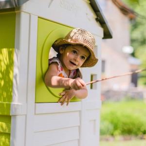 W słoneczny wiosenny dzień, aż chce się pobawić na dworze. 😁 Na zewnątrz nic nas nie ogranicza, również dotyczy to wyobraźni i kreatywności. Do zabawy można wykorzystać przeróżne zabawki, od zjeżdżalni po domki ogrodowe i piaskownice. Można również wymyślić jakąś zabawę i zaangażować w nią więcej osób. Zwykła piłka wystarczy, aby dobrze się bawić, w dodatku aktywnie. ⚽️ A Wy jak spędzacie ten słoneczny weekend? 🌞#wiosna #maj #podwórko #zabawanadworze #zabawa #zjeżdżalnia #domek #domekogrodowy #smoby #wyobraźnia #kreatywność #aktywność #piłka #dzieci #zabawkiogrodowe #zabawki #brykacze