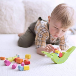 Jesteśmy wielkimi fanami zabawek, które nie tylko bawią, a też uczą i wspierają rozwój dziecka. 😁 Przykładem takiej zabawki jest balansujący krokodyl od Classic World! 🐊 Zaprojektowany po to, aby rozwijać zręczność dziecka, a także uczyć je podstawowego pojęcia z fizyki, jakim jest równowaga. Maluch musi odpowiedni rozmieścić drewniane klocki, aby krokodyl utrzymał równowagę. 🧠 Ta zabawka łączy w całość 4 rzeczy - zabawę, naukę, rozwój i dbanie o środowisko, ponieważ jest w pełni wykonana z drewna. 🌳#clasicworld #krokodyl #zabawa #nauka #rozwój #naukaprzezzabawe #drewno #zabawkidrewniane #dzieci #dziecko #zabawka #zabawki #brykacze .
