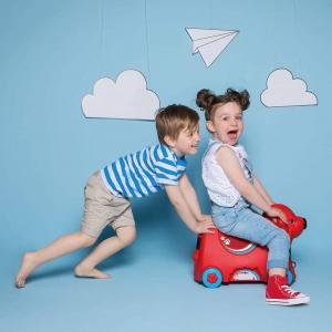 Wyjeżdżacie na wakacje? Obowiązkowo trzeba zapakować ulubione zabawki, a jeżdżąca walizka Big to nie tylko sposób na przewożenie drobiazgów dziecka, ale również zabawka i jeździk w jednym. Dzięki niej dziecko będzie mogło zabrać ze sobą wszystkie swoje ulubione zabawki, czy to na spacery, krótkie wyjazdy weekendowe, czy właśnie na wakacje! Jest to idealne rozwiązanie na przechowywanie wszystkich zabawek dziecka w jednym miejscu podczas wakacyjnego wyjazdu. Poza zatrzaskami z przodu i z tyłu, walizka wyposażona jest w tajny zamek w postaci nosa, który po obróceniu otwiera walizkę. Zabawka jest bardzo stabilna, posiada szeroki rozstaw kółek oraz uchwyty do ciągnięcia z przodu i z tyłu.#wakacje #podroze #lotnisko #walizka #podróże #jezdzik #pojazd #wyjazd #morze #gory #samolot #piesek #pies #big