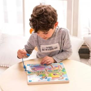 Im dłuższa trasa, tym większa szansa, że dziecko podczas podróży samolotem czy samochodem będzie się nudzić. Zabawki na podróż warto dobierać według trzech kryteriów: powinny być niewielkie, zawierać mało elementów oraz powinny być zajmujące, dając dziecku wiele możliwości zabawy. Z tymi wskazówkami postanowiliśmy Wam zaprezentować nasze propozycje zabawek, które spełniają wszystkie z tych wymogów.😎Tablet graficzny - idealna alternatywa dla rysowania na zwykłych kartkach - już nie musisz szukać twardych powierzchni, dużej ilości kartek i kredek, które łatwo rozsypać. Układanka z pinezkami - pinezki łatwo trzymają się drewnianej planszy, a dzięki woreczkowi, nie rozsypią się i nie zgubią podczas podróży.🖌Samochodziki do skręcania - pojemnik w kształcie akumulatora to idealne miejsce na przechowywanie części w trakcie zabawy, jak i przechowywania w walizce.🚗Labirynt magnetyczny - dziecko ćwiczy sprawność swoich rączek.🥰Pluszowy słonik - sposób na zajęcie dla najmłodszych dzieci, słonik nie tylko utuli dziecko, ale również zaśpiewa piosenki, jak również opowie wierszyki, przy okazji ucząc.😊Tablice magnetyczne - dziecko może układać różne kształty, rysować po tablicy markerem, czy kredą, a wszystkie niezbędne akcesoria przechowywać w drewnianej skrzyneczce - teraz już nic się nie zgubi.❤Gra łowienie rybek - uwielbiana przez dzieci gra, w trochę innym wydaniu, teraz rybki schowane są w pojemniku, dzięki czemu nie uciekną podczas podróży, a lekkie drgania spowodowane podróżą zwiększą trochę poziom trudności.😄Gra 4 w linii - krążki wrzucane od góry podczas podróży nie wypadną, a zając można jednocześnie dwie osoby.😁Każda z powyższych zabawek zajmie dzieci na długi czas podczas podróży, a przy tym nie zajmie dużo miejsca w bagażu. A przy okazji idealnie zajmie dzieci podczas wakacyjnego pobytu.🥰#podróż #wakacje #jazdasamochodem #łowienierybek #lotsamolotem #edukacyjneczwartki #dziecko #tablicemagnetyczne #zabawki #rozwój #samolot #samochod #jazda #podróże #wakacje #plecakzz