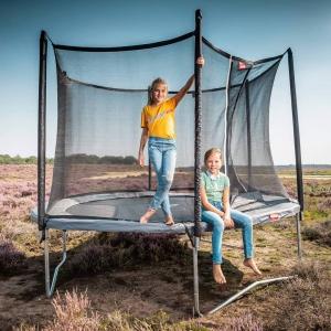 Skakanie na trampolinie to świetna zabawa, która jest uwielbiana przez dzieci. Jest również idealnym sposobem na odstresowanie, poprawę krążenia i ogólnej kondycji fizycznej dziecka. 🥰Okrągła konstrukcja trampoliny sprawia, że dziecko zawsze skacze do środka, zapewnia to maksymalne bezpieczeństwo dla skaczącego dziecka. 😁Na trampolinie mogą również skakać osoby dorosłe - wspólna zabawa i uśmiech gwarantowany. Trampolina zapewnia całkowite bezpieczeństwo bawiącym się na niej dzieciom, posiada bezpieczne krawędzie ochronne oraz wysokiej jakości siatkę bezpieczeństwa.😍#skakanie #trampolina #skok #dziecko #dzieci #zabawa #wspolnazabawa #ogrod #ogród #trawnik #skakać #slonce #ladnapogoda #lato #rodzice #wspolneskakanie #grupadzieci #berg