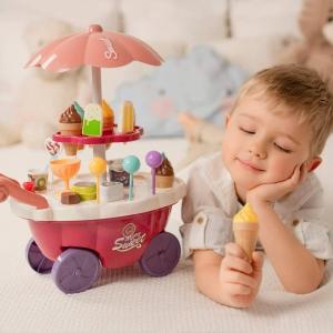 """Dzisiaj obchodzimy Dzień Lodów! W tak upalne letnie dni nie ma nic lepszego niż ich orzeźwiający smak. Z tej okazji przygotowaliśmy dla was zabawkę, dzięki której każde dziecko będzie mogło wcielić się w rolę pracownika lodziarni. Zabawa w """"sprzedawcę"""" i """"kupującego"""" pomoże rozwinąć świadomość i zdolności społeczne. Jest to również dobra zabawa do nauki podstawowej matematyki i finansów dzięki dołączonym do zestawu monetom. Zestaw zawiera zabawkowe rożki do lodów, lizaki lodowe, słodkie lizaki oraz wiele innych elementów takich jak kanapki, pudełka na słodycze i przekąski, pucharki na lody oraz pudełko popcornu.A Wy jakie lody lubicie najbardziej? Wolicie śmietankowe, o smaku różnych słodyczy, czy może owocowe?#lody #dzienlodow #cukierenka #icecram #woopie.toys #cukiernia #slodycze #wakacje #lato"""