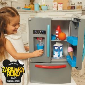 Lodówka od @littletikespolska pozwala dzieciom wcielić się w rolę dorosłych. Dziecko może przechowywać w niej smakołyki dla swoich przyjaciół. Zabawka bardzo przypomina prawdziwą lodówkę, która stoi w domowej kuchni - posiada dozownik lodu, podwójne drzwi, oddzielną szufladę zamrażarki, a nawet oświetlenie lodówki. 😁Lodówka wydaje realistyczne dźwięki, takie jak kruszenie lody, lanie wody i inne sygnały dźwiękowe. Zabawa potrwa wiele godzin. Zabawa w przygotowywanie jedzenia i wykonywanie innych prac domowych, pomaga dzieciom nabrać poczucia odpowiedzialności. Dzieci mogą wyświetlając listy zakupów lub grafiki na drzwiach. Zachęcaj dzieci do pomysłowej zabawy w odgrywanie ról z życia codziennego! Lodówka jest kompaktowa, więc świetnie sprawdzi się również do małych pokoi.🥰#lodowka #lodówka #kuchnia #kucharz #zabawa #produkty #zabawawrodzica #zabawaka #wspolnazabawa #gotowanie #dzieci #zabawakaedukacyjna #nasladowanie #naśladowanie #odgrywanierol #odgrywanieról #malypomocnik #zamrażarka #pracedomowe #dozowniklodu #dźwięk #kruszonylód #zabawkaroku2020